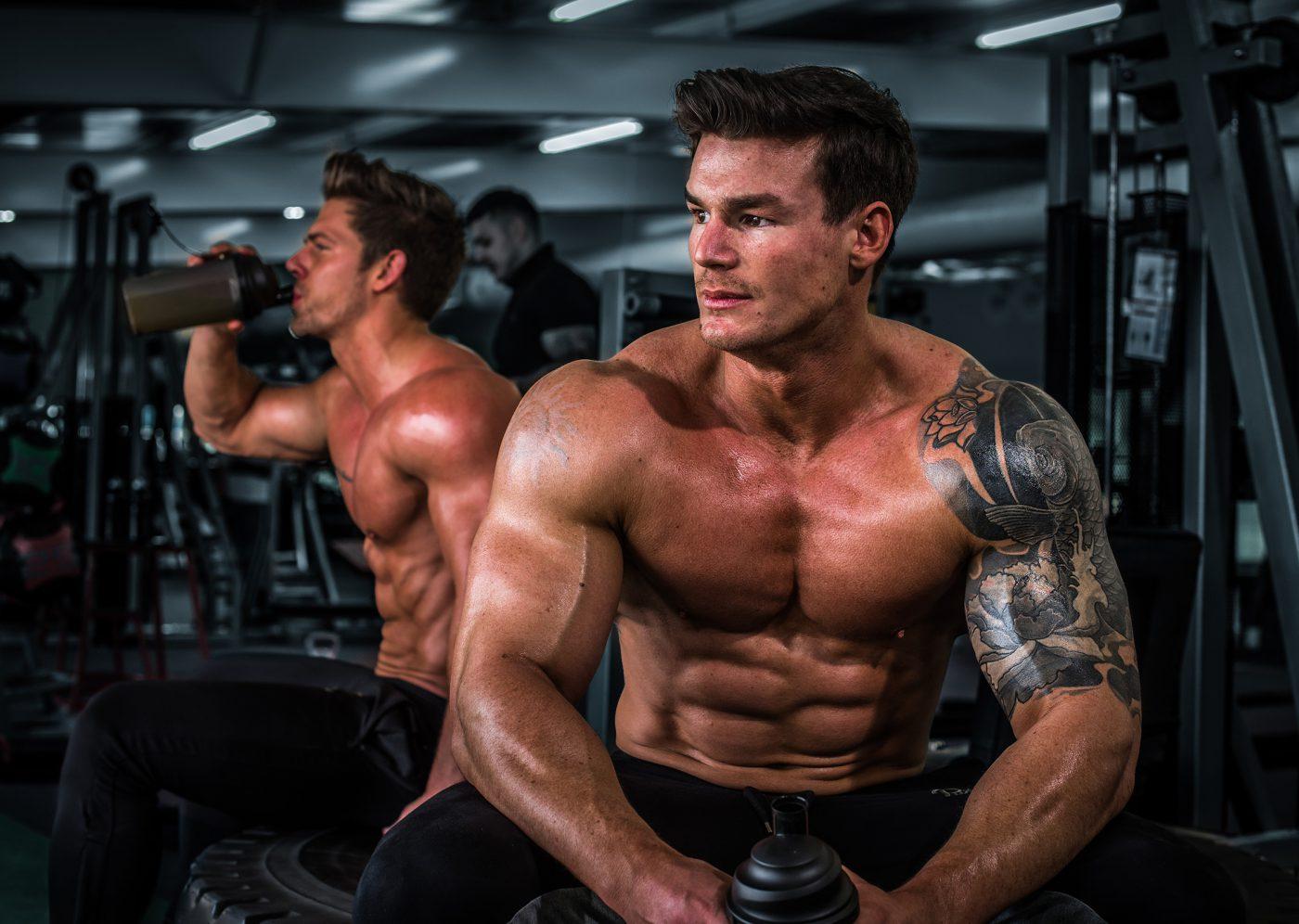 muscular-men-in-gym
