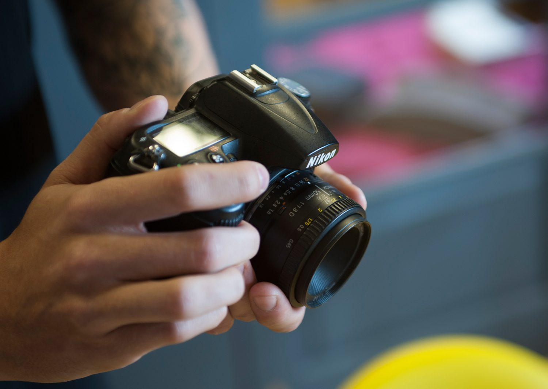 holding-nikon-d700-macro-lens