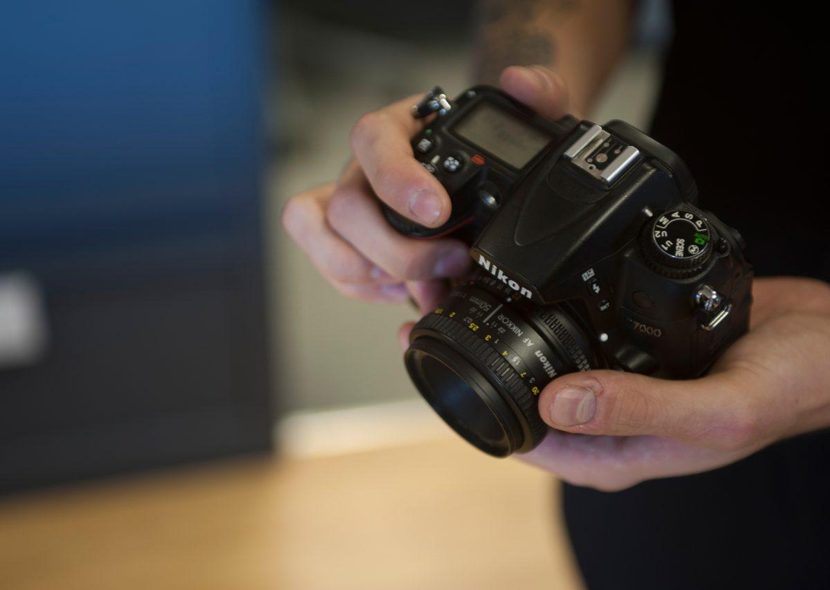 hands-holding-nikon-d700-macro-lens